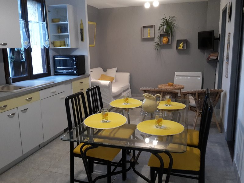 Nice apt with garden & terrace, holiday rental in Canohes