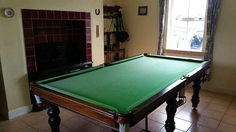 Spielzimmer (Jahrgang Bereich nach links) c / w Snooker, Angelausrüstung, wellingtons, Tennisschläger usw.