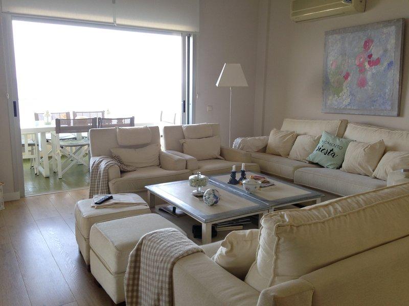 comfortabele woonkamer met uitzicht op zee en uitgang naar 2 terrassen