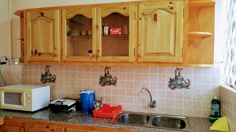 Keuken met keukengerei, magnetron etc