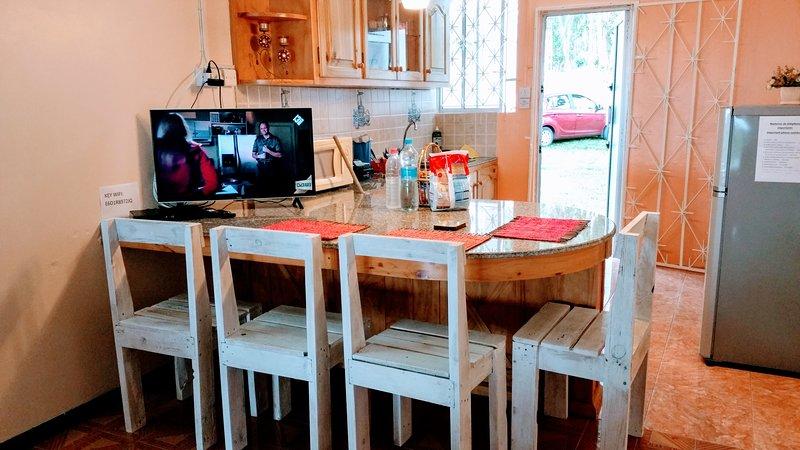 Keuken met meerdere voorzieningen, grill, magnetron, oven, koelkast etc