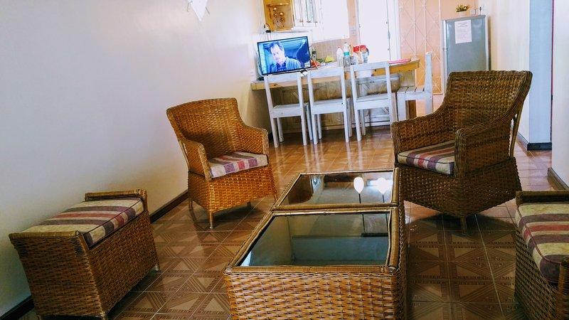 Woonkamer met rustieke zetels brengen van een tropische sfeer op zijn best