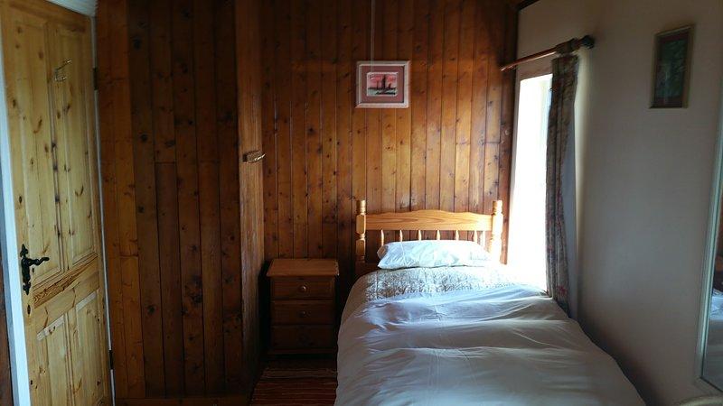 Geräumige Zimmer mit zwei Einzelbetten.