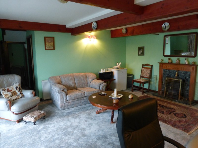 self contained lounge, bedroom & en-siute within owners home, vacation rental in Tayinloan