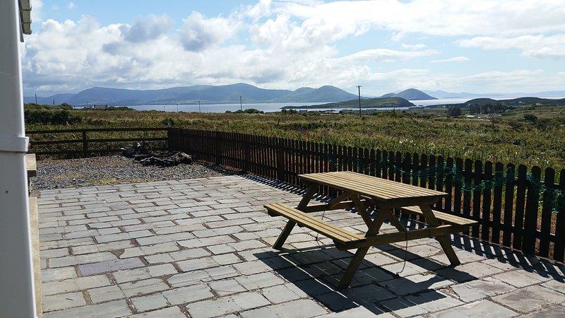 Ansichten von der Terrasse von Ballinskelligs Bay sogar so weit, Beara Halbinsel rechten Hintergrund.