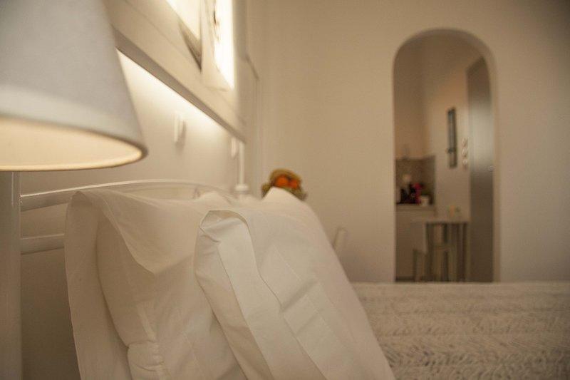 Sunlight safe top floor Studio in Athens, wifi, 450 m to Metro, holiday rental in Chaidari