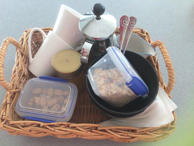 Glampers desayuno cestas completas con el jugo y pan tostado.