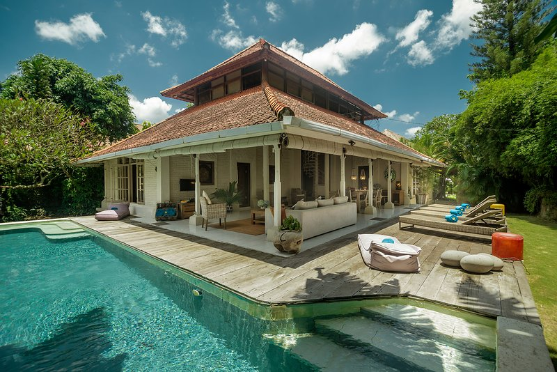Amazing Family Beach Villa, Wifi, Breakfast, pool, garden! Walk to beach & shops, location de vacances à Sanur