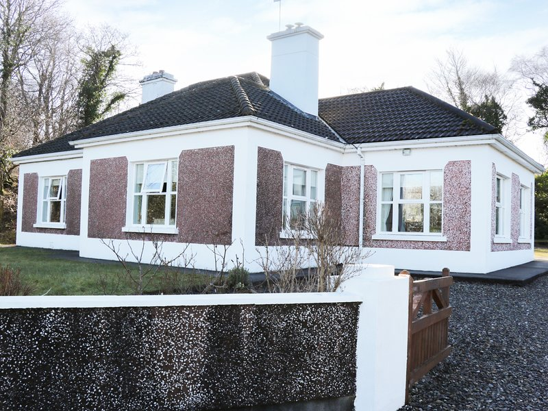 DONROSS COTTAGE all ground floor, open fire, near Foxford, Ref 974859, holiday rental in Swinford