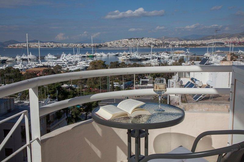 Νice Sea View Elegant Apartment in Marina Floisvos, holiday rental in Paleo Faliro