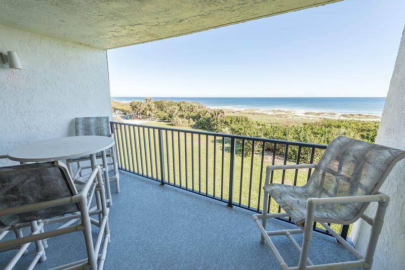 Sedetevi appollaiati sulle alte sedie e godetevi la brezza dell'oceano dal balcone direttamente sull'oceano