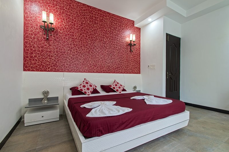 Extravagant Private Pool Villa with Seahorse fountains & en suite bathroom 8BHK, holiday rental in Calangute