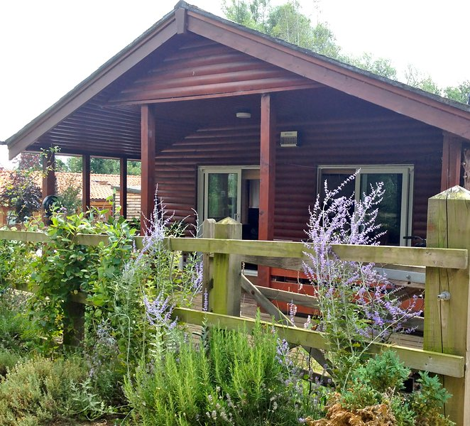 Peaceful Cabin Near the Lakes & Woodland, location de vacances à Upper Marham