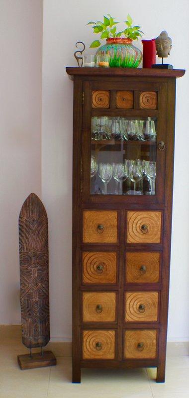 Elegant Birmese wijnkast