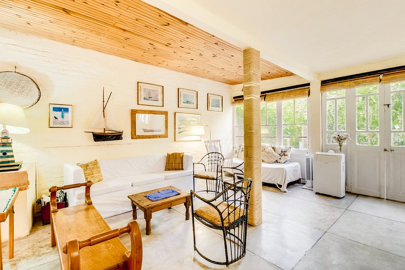Beautiful family home near the beach w/ large backyard - 1 dog welcome!, holiday rental in Punta del Este