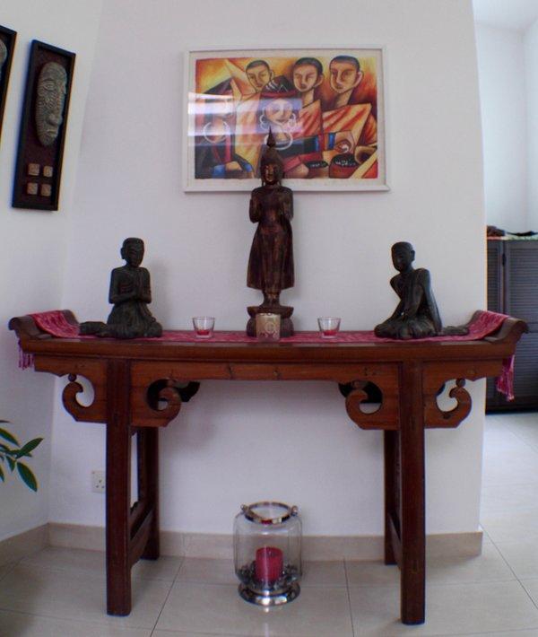 Boeddhist altaar tafel met kunst uit Laos / Thailand