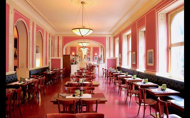 Café Louvre à quelques pas de notre appartement. Le meilleur! comment le chocolat à Prague!