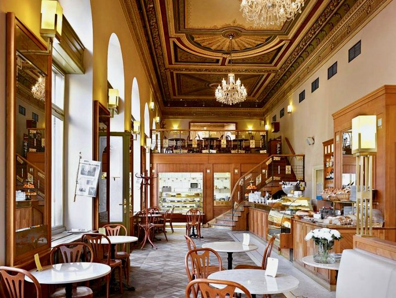 Cafe Savoy por perto, apenas a curta caminhada em torno de rio, o melhor café da manhã em Praga