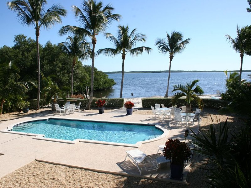 Escape to Paradise! Oceanfront, Private Sandy Beach, Pool, location de vacances à Tavernier