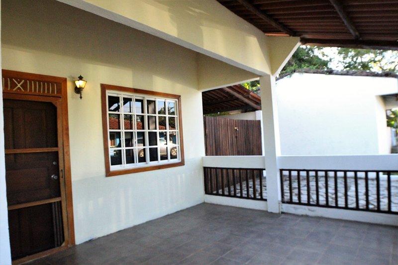 Ampio portico anteriore, strada privata sul lato con recinzione e garage coperto