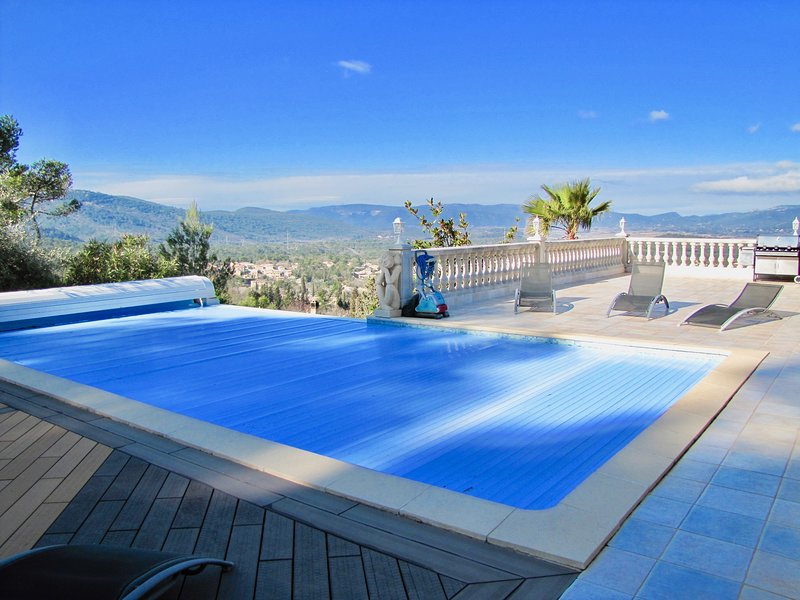 Luxueuse et spacieuse villa avec une vue sublime, vacation rental in Forcalqueiret