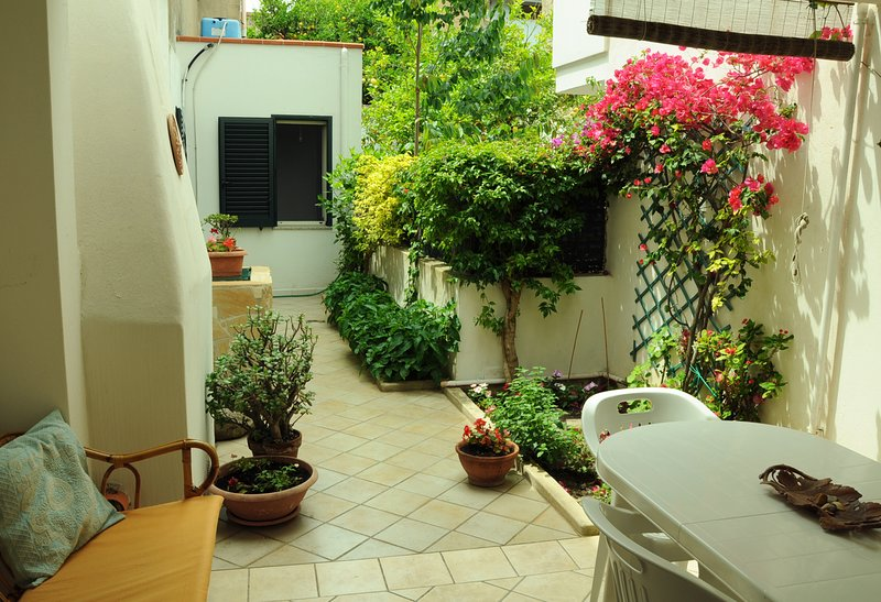 The Perfect Holiday (pieno centro-luminosissimo-veranda), holiday rental in San Giovanni Suergiu