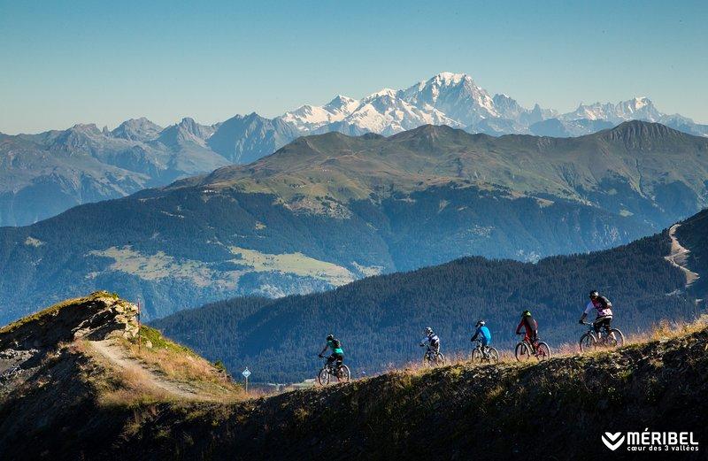 Mountainbike route vanaf de bovenste rand van Meirbel naar Les Allues & uitzicht mnt Blanc, Alpen heighest piek