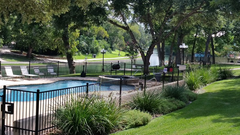 Save $ in a one Bedroom Condo on the Comal River near Schlitterban Sleeps 6, location de vacances à New Braunfels