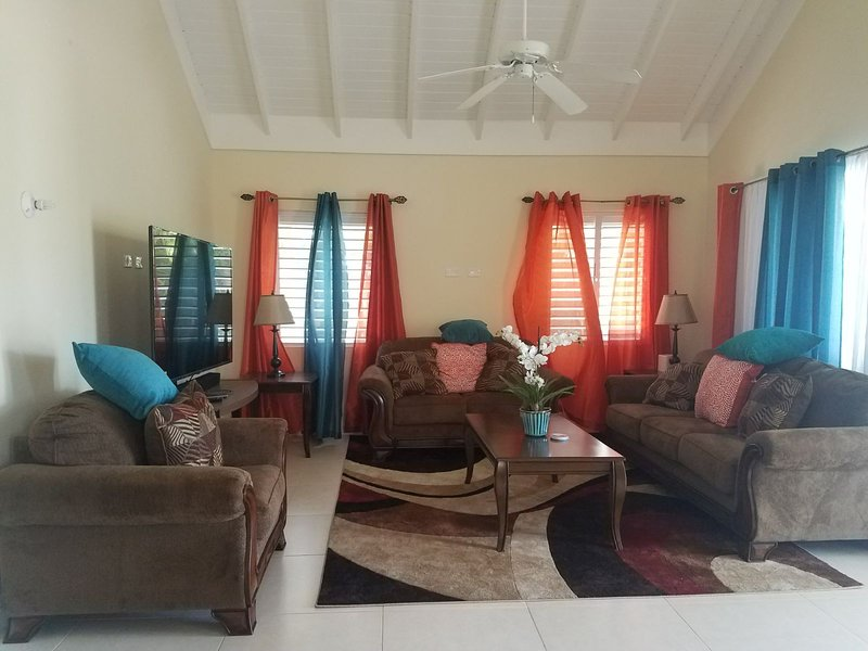 Sitting room can host 6 guest comfortable