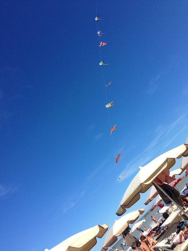Soltar pipas na praia de Porto San Giorgio em temporada