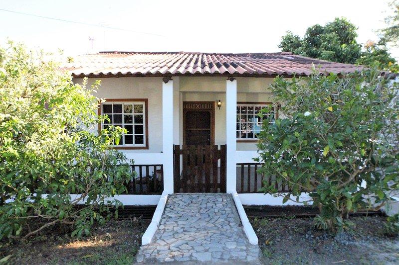 Adorable 2 dormitorio con calzada de piedra y porche cerrada