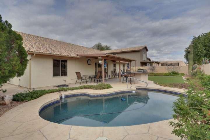 Disfrutar de sus días en la piscina de nuestras carnes a la parrilla para la cena!