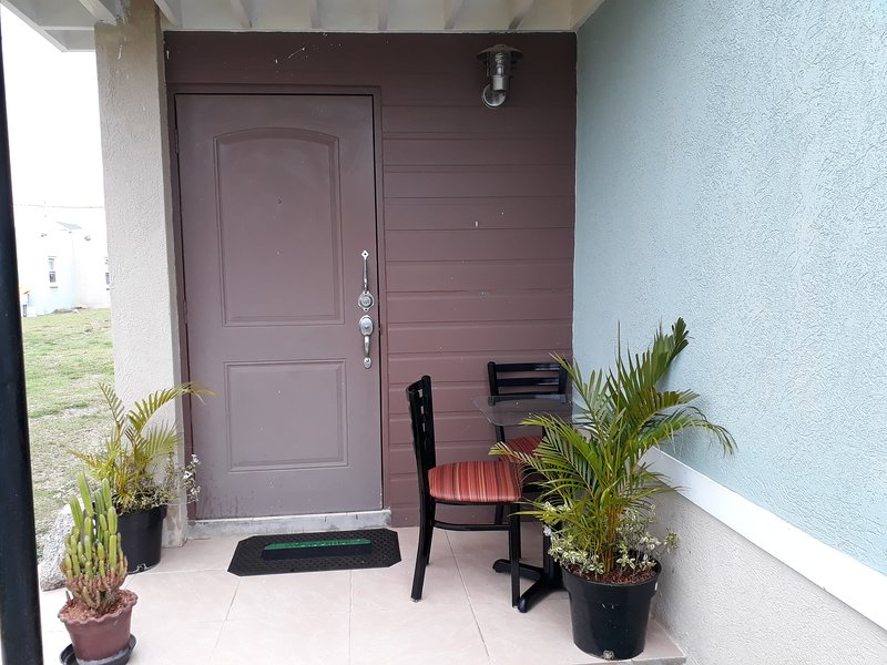 Luxury Fully equipped house with AC and 24 hours security in gated  community, vacation rental in Old Harbour
