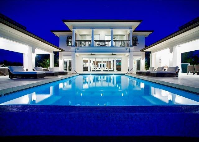Ultra-Cool 6-Bedroom Beachfront Mansion in Rum Point, Ferienwohnung in Grand Cayman