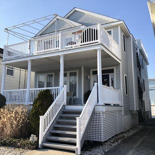 2 ° piso - 3 dormitorios, 2 baños completos y terraza en la azotea