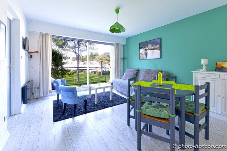 vardagsrum med utsikt över grönområden