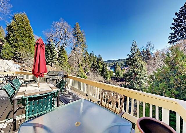 Dragon's Lair | Blue Jay Home with 2 Decks, Game Room & Lake Arrowhead Views, alquiler de vacaciones en Blue Jay