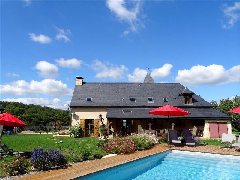 terraza cubierta con cocina de verano con vistas a la piscina