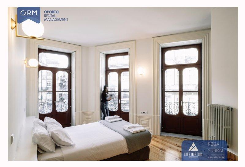 01 dormitorio (con cama doble) + balcón + baño + 01 Armario