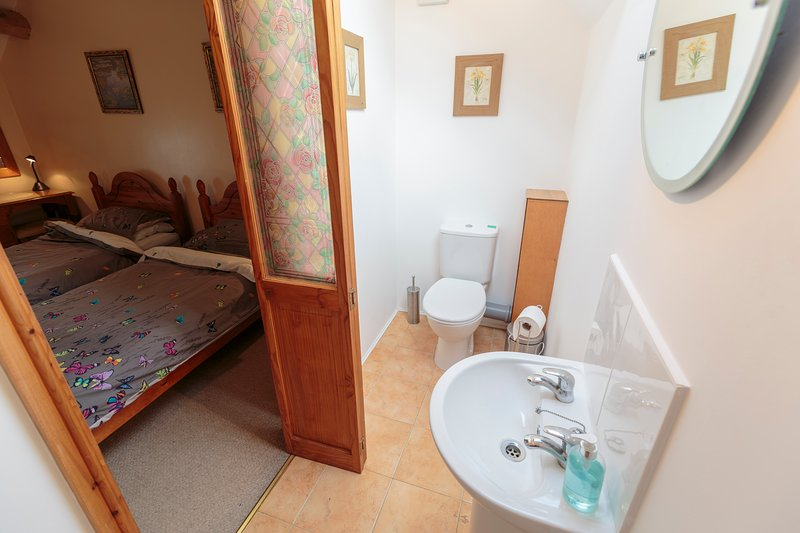 Twin bedroom ensuite - toilet, shower and washbasin