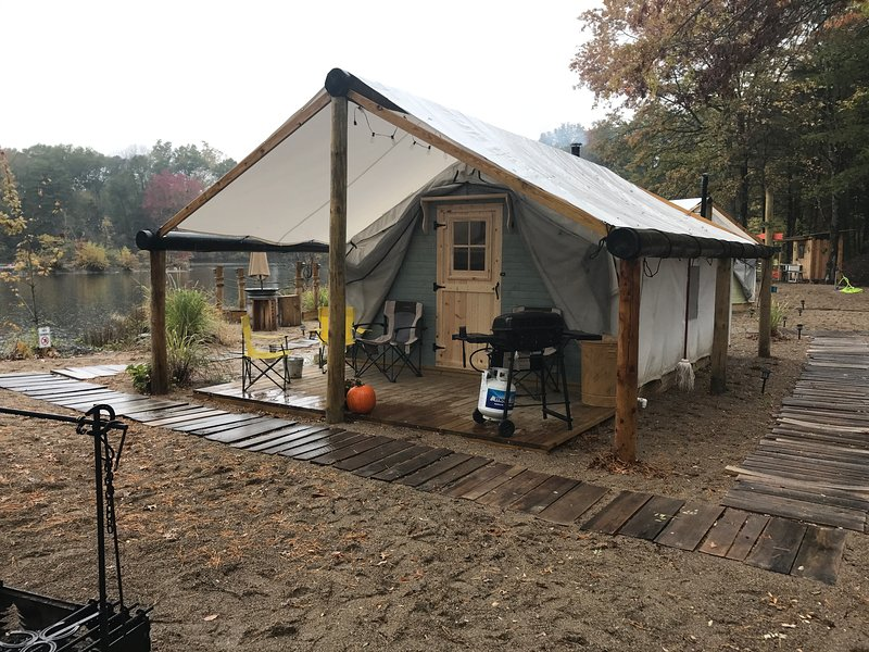 Beach Comber lake side canvas Cottage tent, holiday rental in Lyons