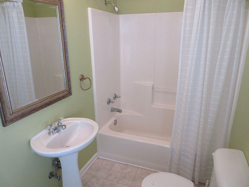 bathroom 4 - private to bedroom 4 - tub-shower