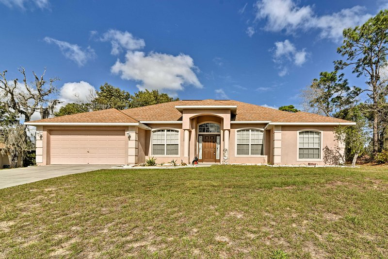 Bright Spring Hill Home - 10 Mins to Weeki Wachee!, holiday rental in Trilby