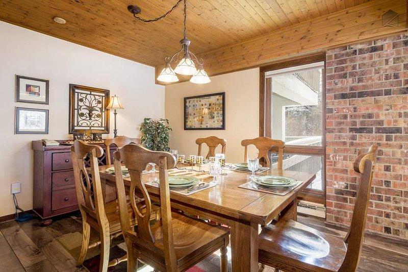 En el comedor, la mesa grande con capacidad para 6 personas y cuenta con una vista al exterior.