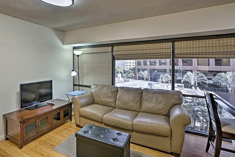 Cette unité peut accueillir jusqu'à 3 personnes et dispose de planchers de bois franc et de fenêtres enveloppantes.