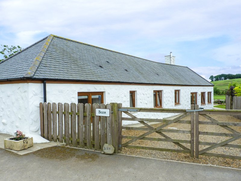 DRUMFAD BARN, pet-friendly, countryside views, Port William, Ref 977426, holiday rental in Isle of Whithorn