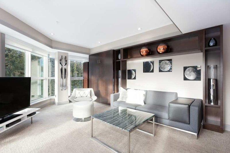 Área de estar com janelas circundantes oferecem vistas deslumbrantes