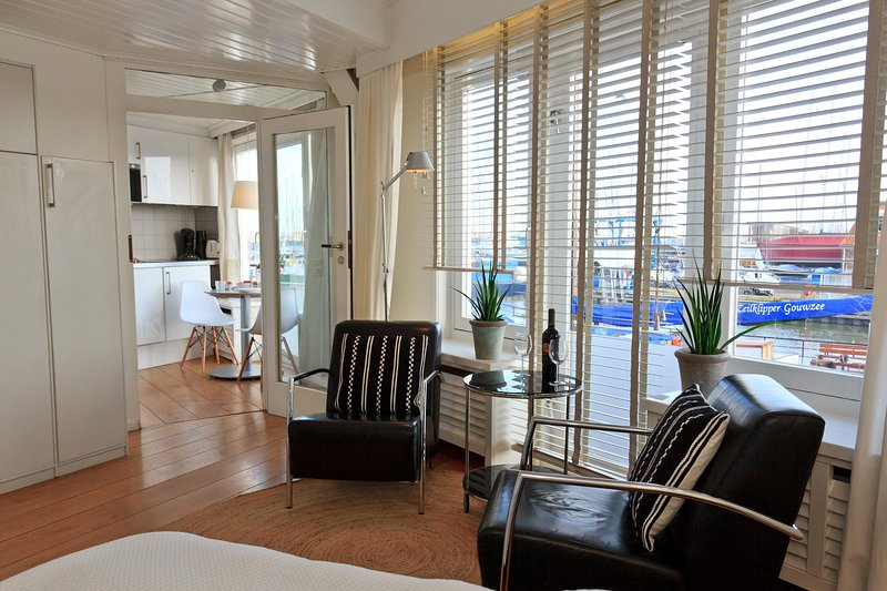 Apartments Waterland Panorama room with harbour vieuw, holiday rental in Volendam