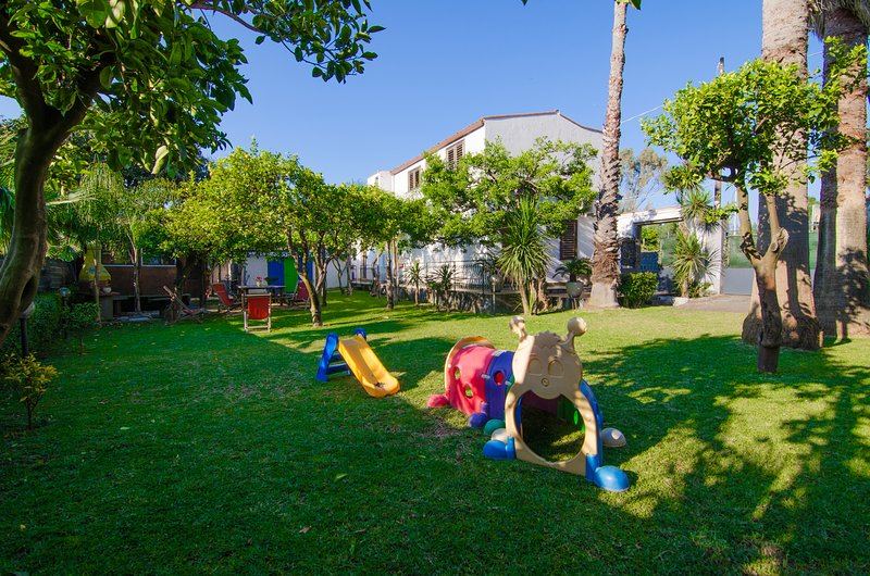 Villa Luna Rossa -Beach Front|Big garden|Private Laghetto pool|Bbq|SUNTRIPSICILY, vacation rental in Mascali