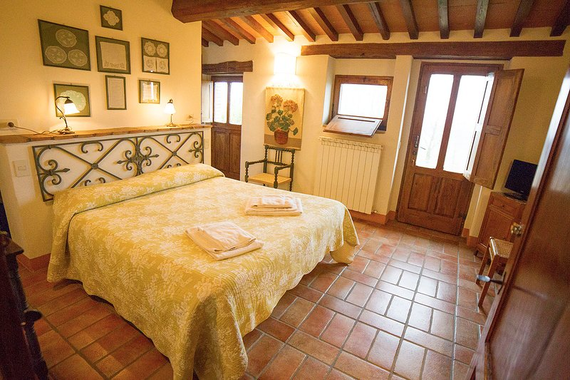 'Geranio'. Delightful double bedroom with indipendent entrance in old farmhouse, holiday rental in Radicofani